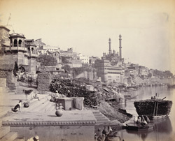 [Distant view of] The great mosque of Aurungzebe and adjoining Ghats, [Benares]